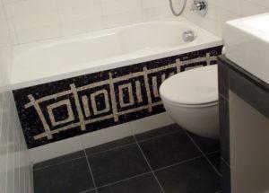 vasca da bagno decorata con il mosaico