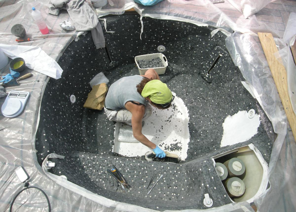 rivestimento in mosaico di una vasca idromassaggio