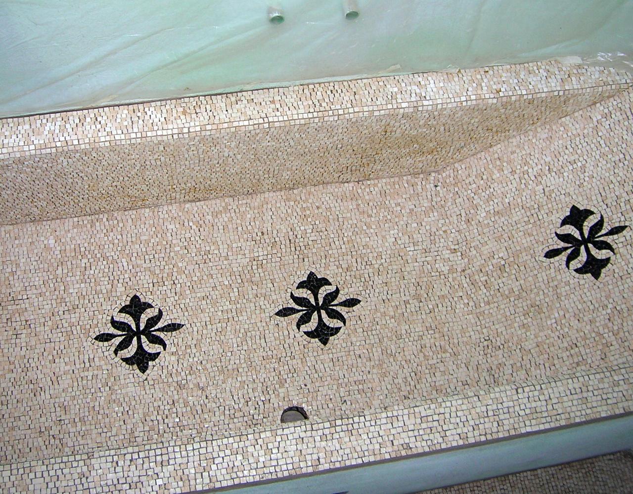 vasca da bagno rivestita in mosaico