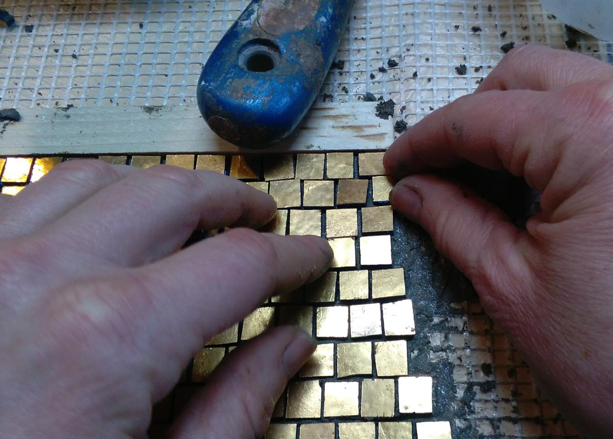 lavorazione su rete con tessere di mosaico in oro