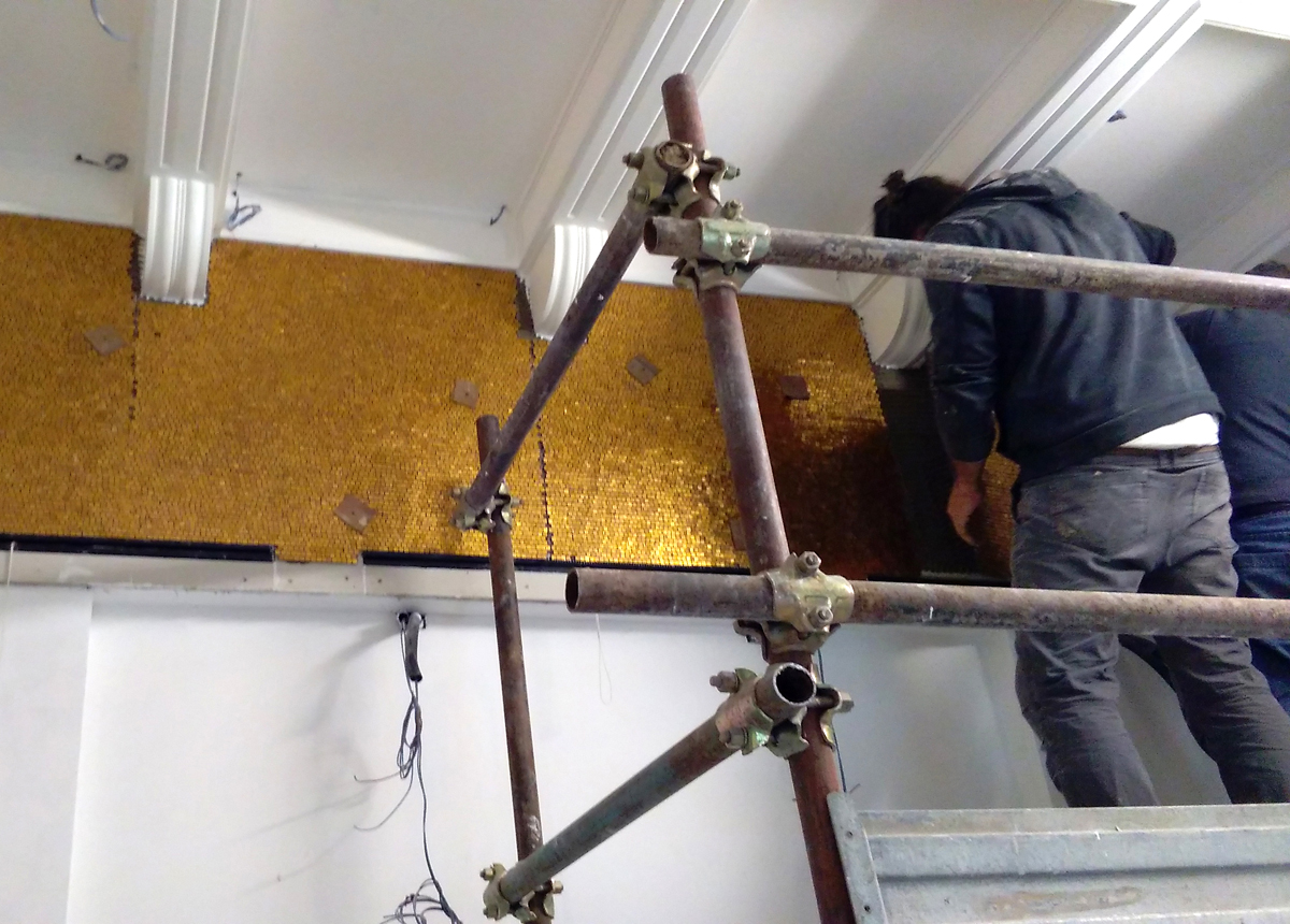 Posa in opera del rivestimento mosaico in tessere d'oro