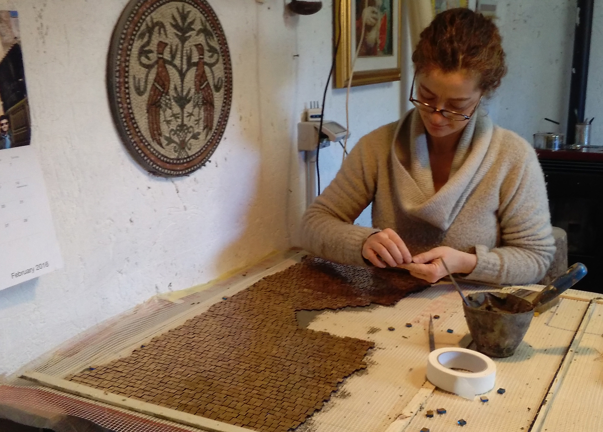 lavorazione su rete con tecnica al dritto del mosaico in oro