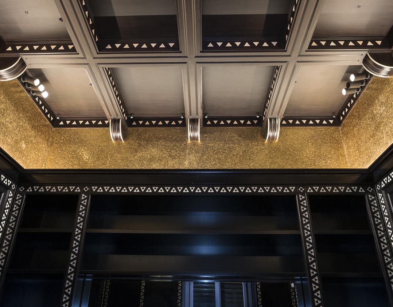 rivestimento parte alta della parete con mosaico d'oro
