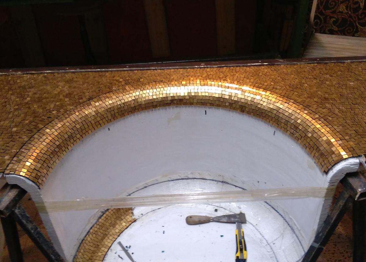 rivestimento in mosaico d'oro di una nicchia