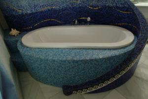vasca da bagno rivestita in mosaico di smalti