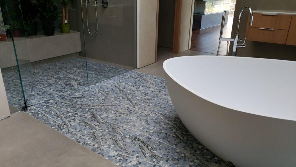 Stanza da bagno con vasca, doccia, e pavimento in mosaico